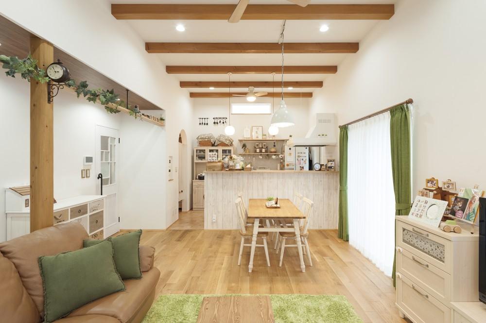 珪藻土の塗り壁とオークの無垢床が心地よいお家