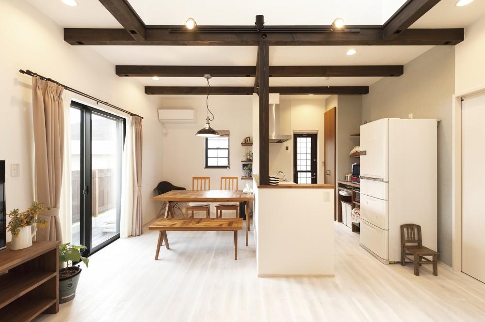 ダーク色の梁でクールに。白を基調として柔らかに。しっとりと落ち着いたお家。