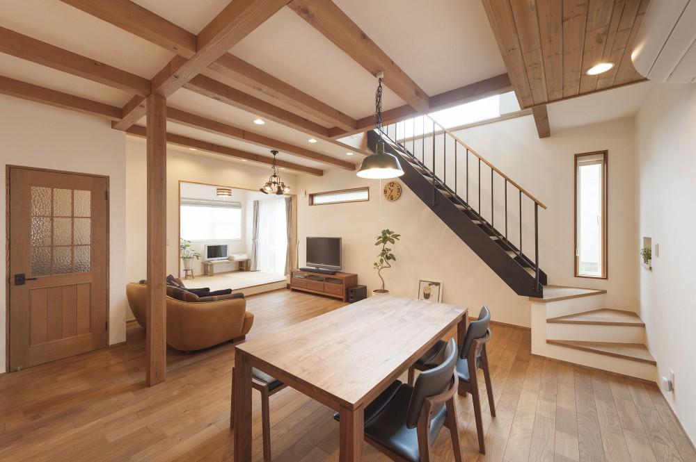 アンティーク加工の杉板でキッチンをお化粧。素材感いっぱいの大人のくつろぎスタイル