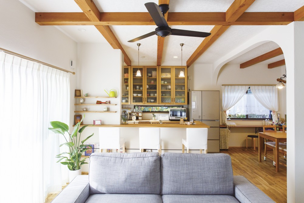 伸びやかな塗り壁のアーチ 光あふれる自然素材のお家