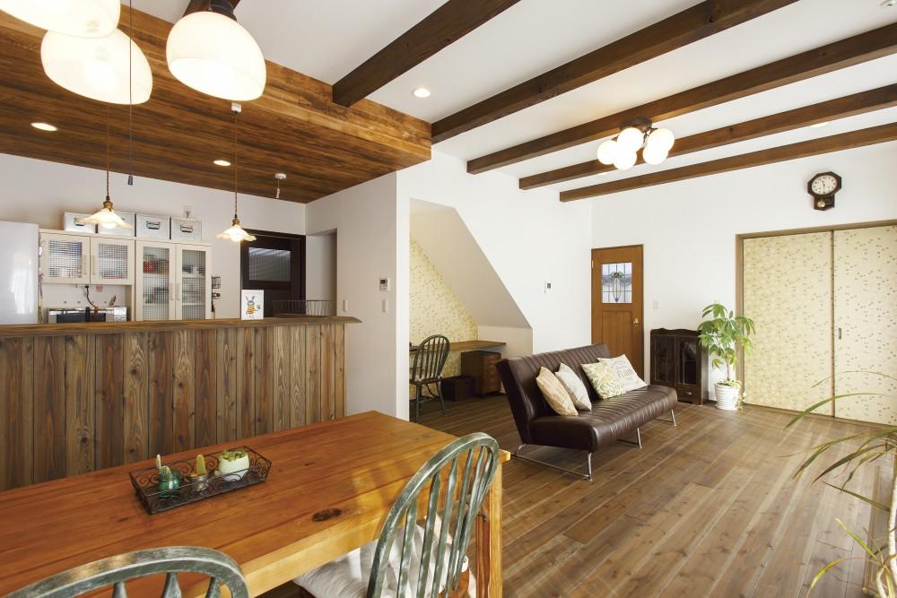 アンティーク加工の杉板で大人カフェ風のキッチンに
